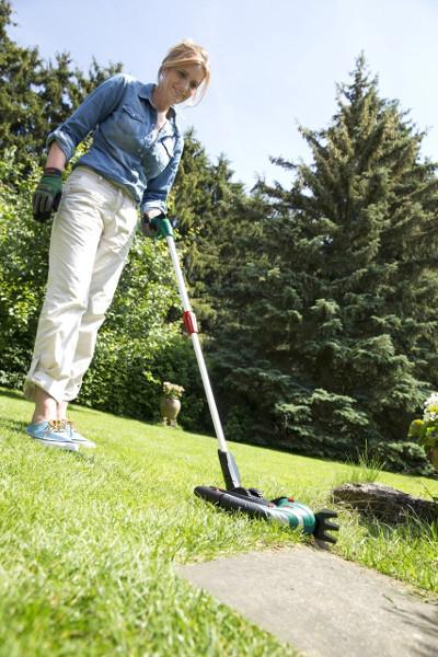 Der Bosch Isio beim Rasen schneiden